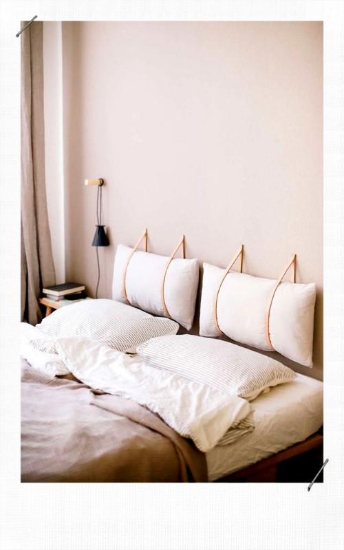 Tête de lit avec des coussins