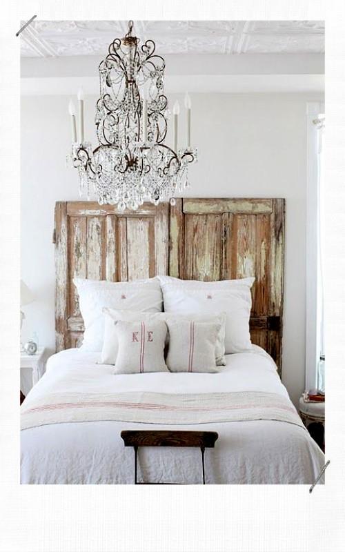 Tête de lit avec des portes