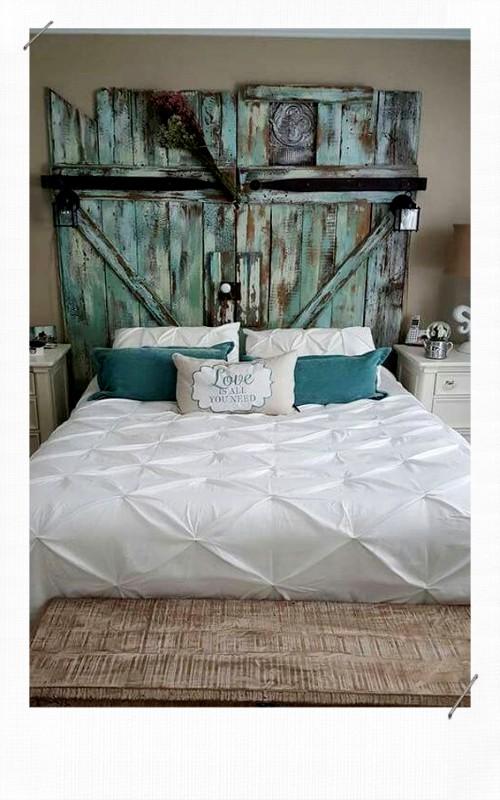 tête de lit avec des volets