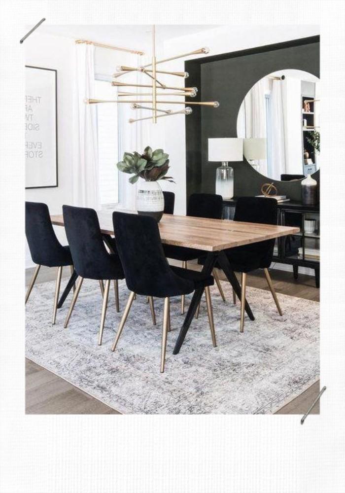 chaises et mur noirs